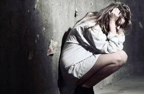 Moça sentindo culpa por ter usado palavras tóxicas con alguém