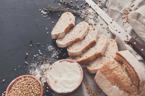 O pão e os biscoitos integrais possuem um aminoácido chamado L-Triptofano, que é absorvido pelo cérebro para produzir serotonina