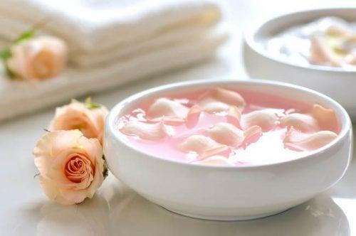 Peeling de leite, calêndula e pétalas de rosa