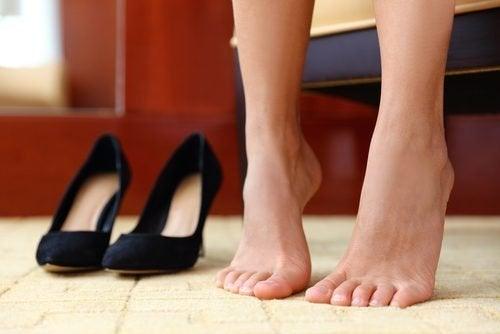 Pessoa fazendo exercício para fortalecer os pés