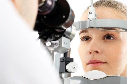Mulher com problema na vista por causa da deficiência de vitamina