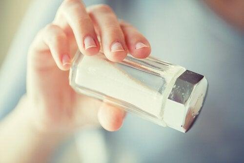 Reduzir o consumo de sal para prevenir a queda de cabelo