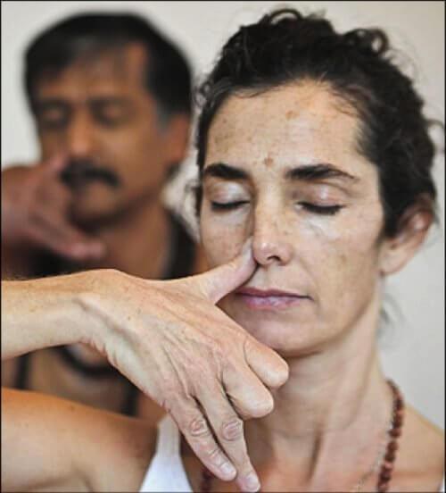 Mulher respirando para diminuir sua pressão arterial