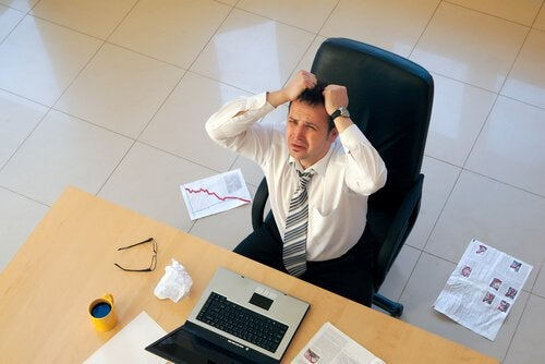 Homem com o ritmo cardiaco alterado por exesso de trabalho