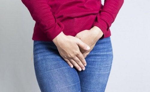 Mulher com coceira por causa do ressecamento vaginal