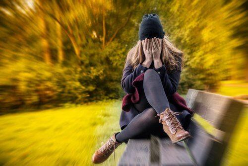 Moça com sintomas do Transtorno de Ansiedade Generalizada