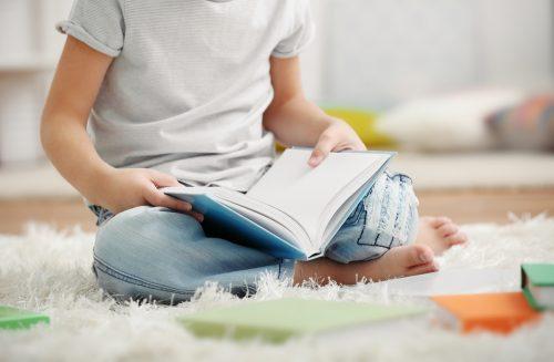 Menino sem dislexia lendo um livro