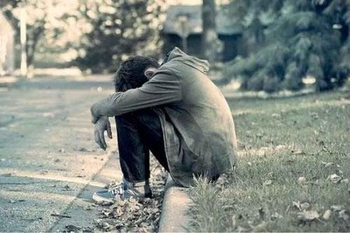 Menino triste que não alcança a felicidade