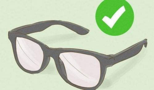 c72851b89 Se os óculos apertam ou ficam muito largos, é conveniente ir em uma ótica  para que arrumem e que não tentemos fazer isso sozinhos em casa, já que  corremos o ...