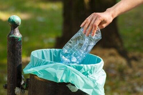 Pessoa jogando fora uma garrafa de água