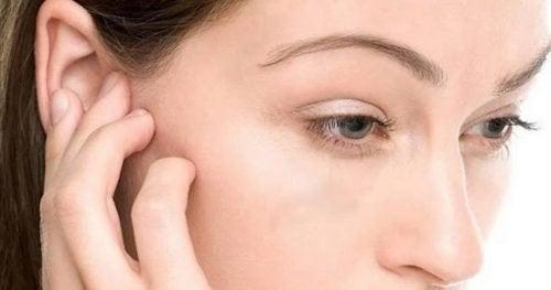 4 truques para tirar a água do ouvido