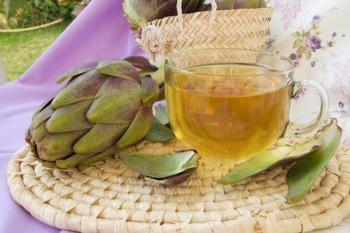 Chá de alcachofra e cavalinha para combater a celulite