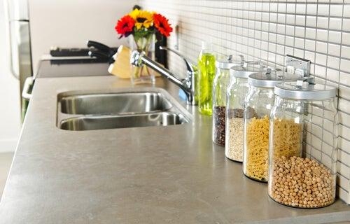 Coloque prateleiras para otimizar o espaço na cozinha