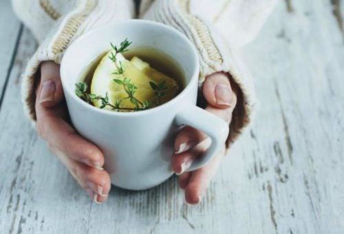 infusão de tomilho, limão e mel para aliviar a tosse