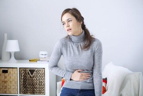 Mulher com problemas de digestão