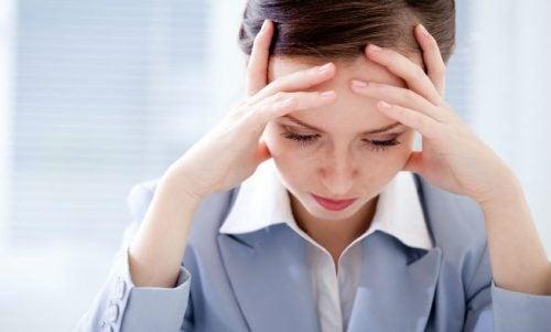 Mulher que sofre de dor de cabeça noturna
