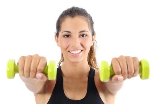 Elevações frontais para beneficiar os músculos das costas