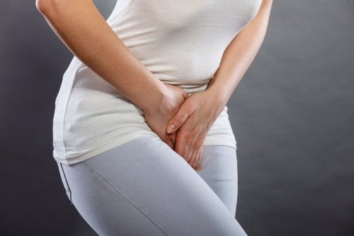 Mulher com dor genital por gonorreia