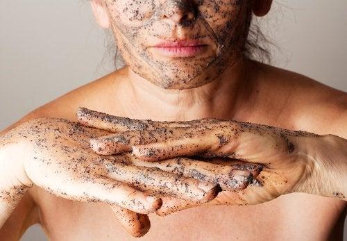 4 esfoliantes com óleos essenciais para suavizar a pele