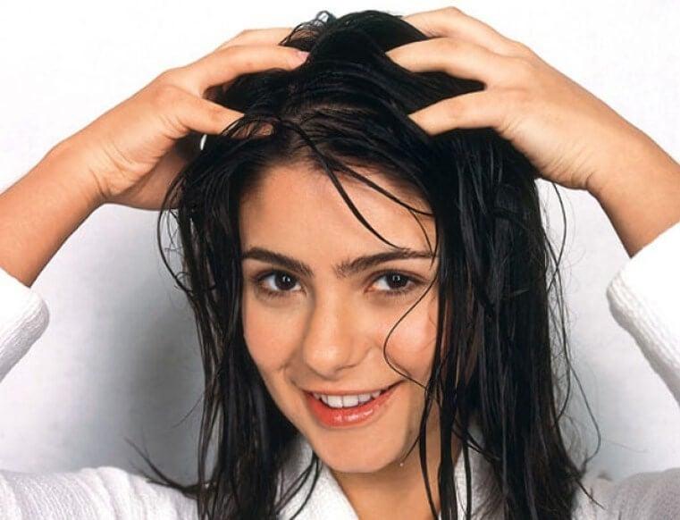 Mulher massageando couro cabeludo