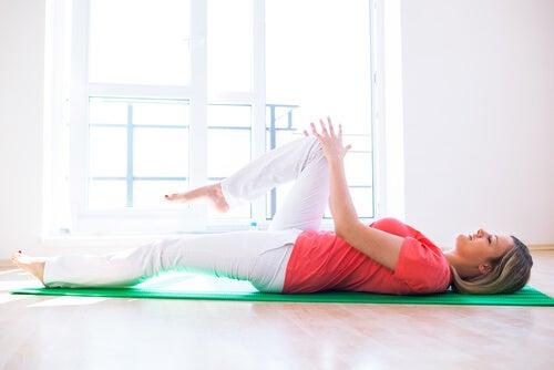 Levantar a perna em uma posição deitada para fora do quadril ajuda a ter pernas mais sensuais