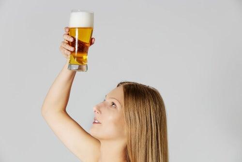Cerveja para cuidar do cabelo naturalmente