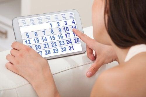 Mulher olhando calendário