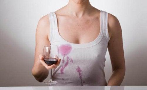 Blusa manchada de vinho