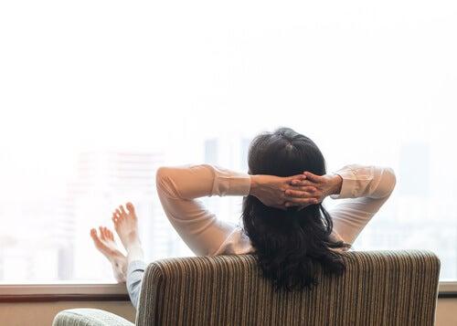 Mulher na menopausa relaxando