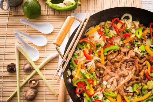 Prato delicioso usando cogumelos e vegetais