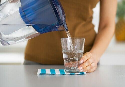 Beber muita água ajuda a quem tem intestino delicado