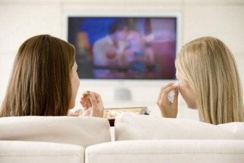 Amigas compartilhando intimidade e assistindo um filme