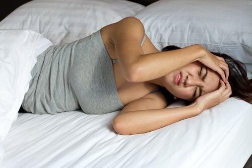 Mulher que não consegue dormir por causa da apneia do sono