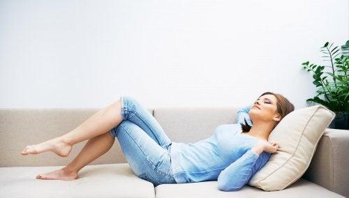 Mulher desfrutando do ambiente da casa