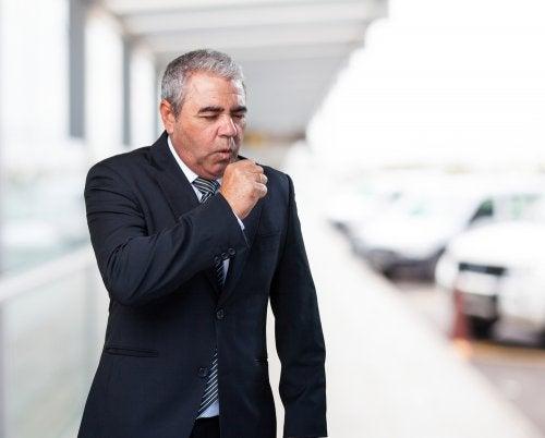 Homem com sinal de asma
