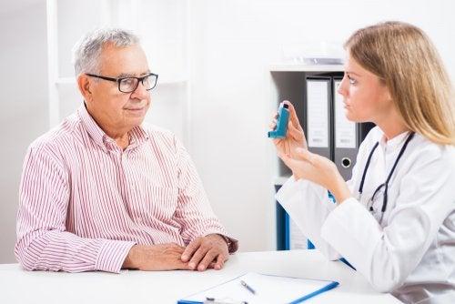 Homem consultando tratamento de asma