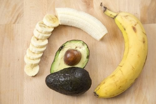 Banana e abacate para aliviar as rachaduras nos pés