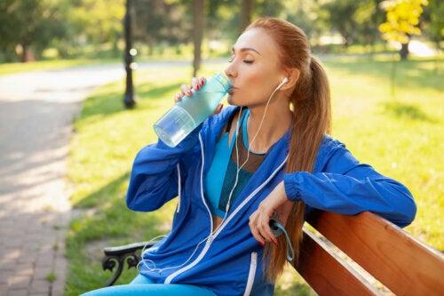 Consumir mais água se estiver com retenção de líquidos