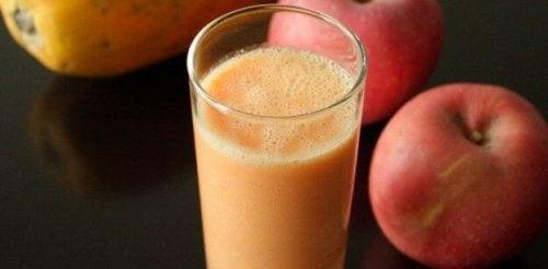 Bebida detoxdemaçã e papaia para perder peso