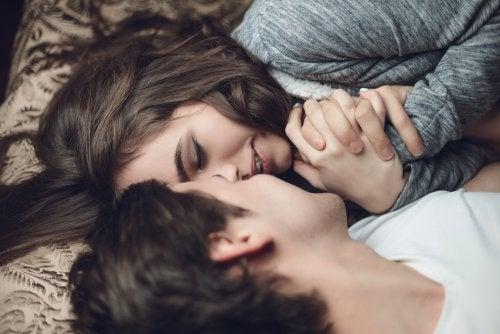 Casal que sente amor verdadeiro