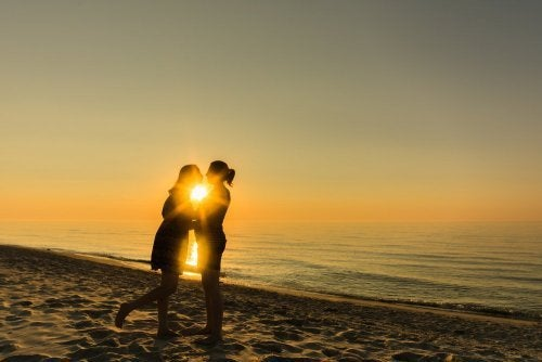 Casal se beijando na praia
