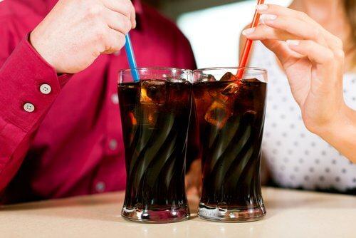 Evite beber refrigerantes quando sentir dor de estômago