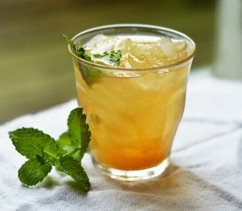 Bebida para perder peso com chá verde, abacaxi e canela