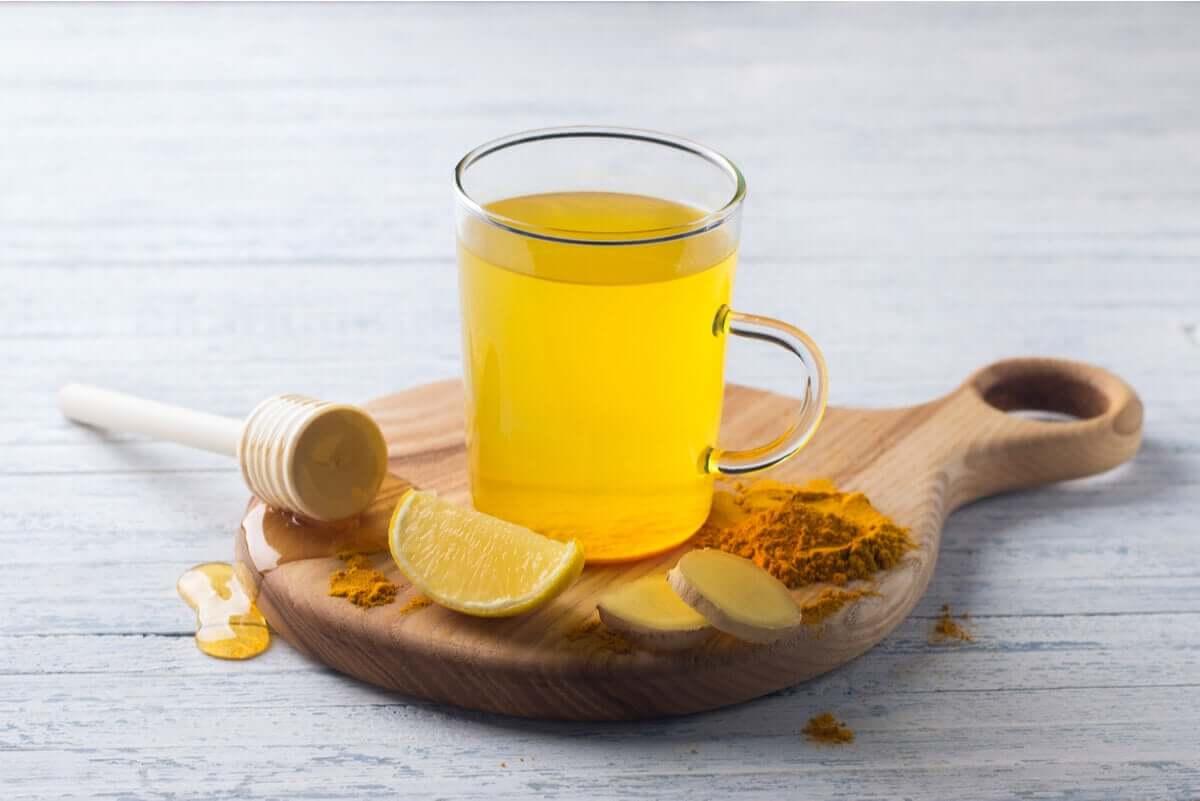 A cúrcuma é uma especiaria à qual são atribuídas propriedades anti-inflamatórias e analgésicas