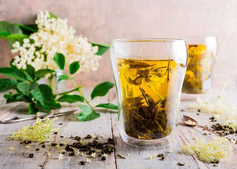 Chá de flor de sabugueiro para aliviar a tosse com catarro