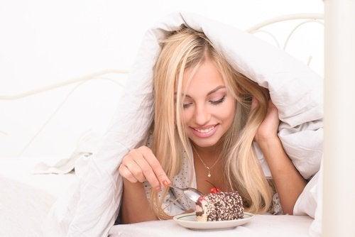 Comer bolo na cama de manhã é um erro matinal