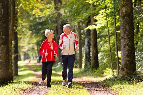 Caminhar ajuda a manter a forma após os 50
