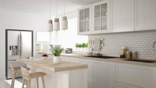 Para decorar cozinhas pequenas, a distribuição é fundamental