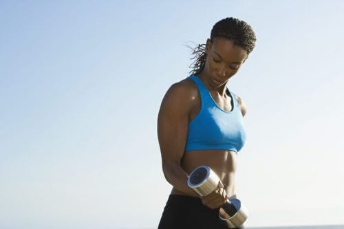 Curl de bíceps para reduzir a flacidez de seus braços