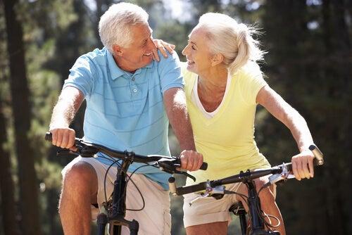 Andar de bicicleta ajuda a manter a forma após os 50